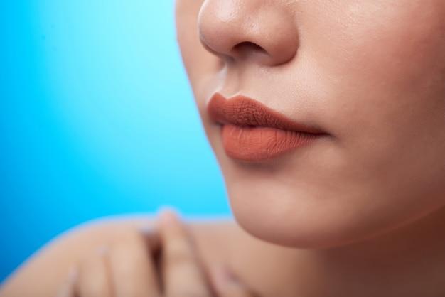 Ekstremalne Zbliżenie Kobiecych Ust Szminki, Nosa I Palców Dotykających Nagiego Ramienia, Na Niebiesko Darmowe Zdjęcia