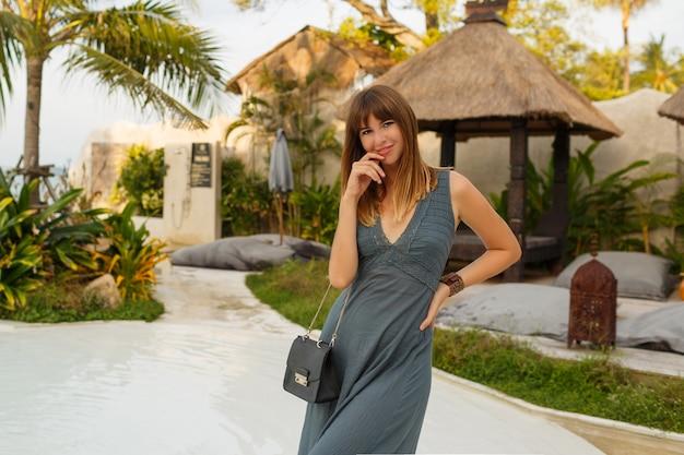 Elegancka Brunetka Kobieta W Seksownej Sukience Pozowanie W Stylowym Hotelu W Stylu Azjatyckim. Darmowe Zdjęcia