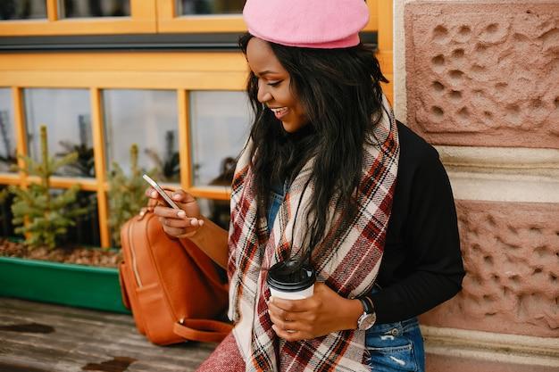 Elegancka czarna dziewczyna w zimowym mieście Darmowe Zdjęcia
