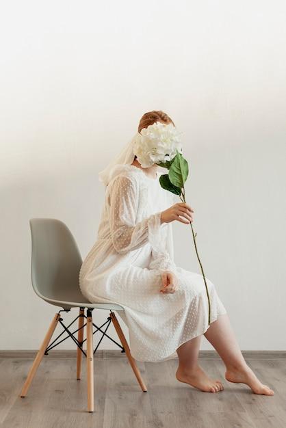Elegancka Dama Trzyma Kwiat Darmowe Zdjęcia