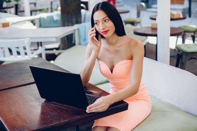 Elegancka dama z laptopem Darmowe Zdjęcia