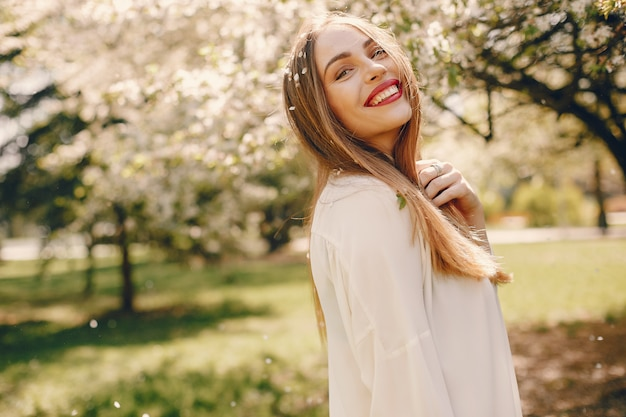Elegancka dziewczyna w wiosna parku Darmowe Zdjęcia