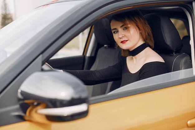 Elegancka i elegancka kobieta w samochodowym salonie Darmowe Zdjęcia