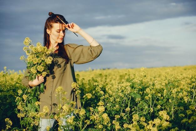 Elegancka i piękna dziewczyna maluje w polu Darmowe Zdjęcia