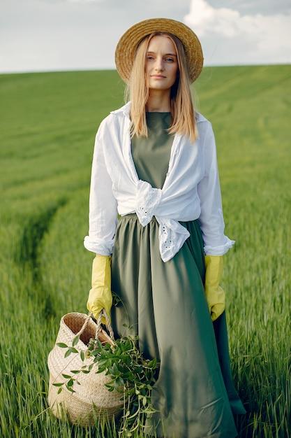 Elegancka i stylowa dziewczyna w letnim polu Darmowe Zdjęcia