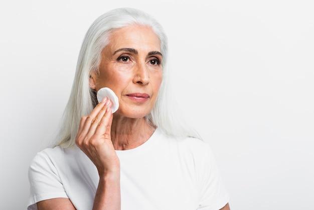 Elegancka kobieta czyści twarz Darmowe Zdjęcia