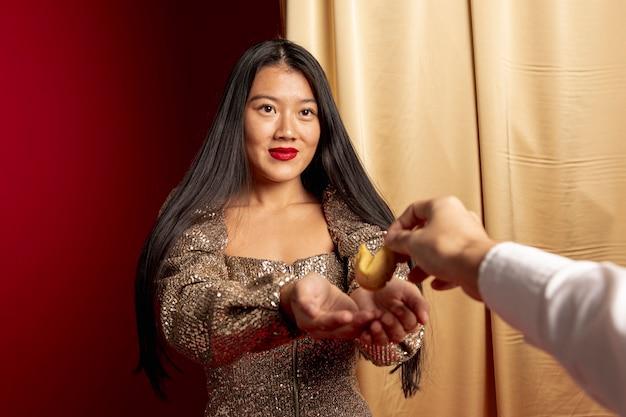 Elegancka Kobieta Otrzymywa Ciasteczka Szczęścia Na Chiński Nowy Rok Darmowe Zdjęcia