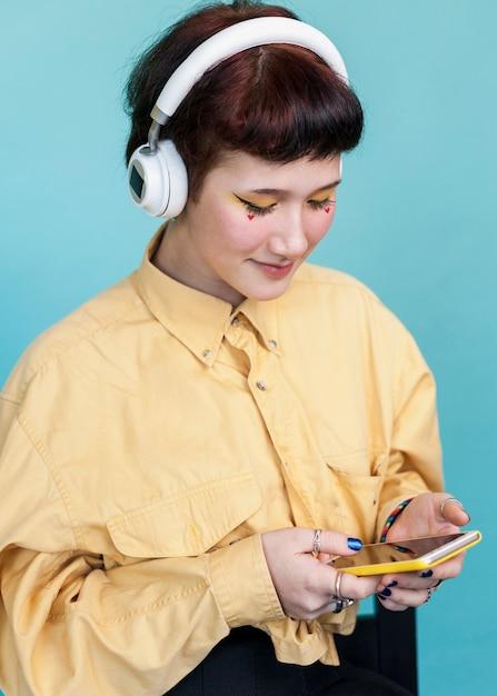 Elegancka kobieta patrzeje telefonu studia strzał Darmowe Zdjęcia