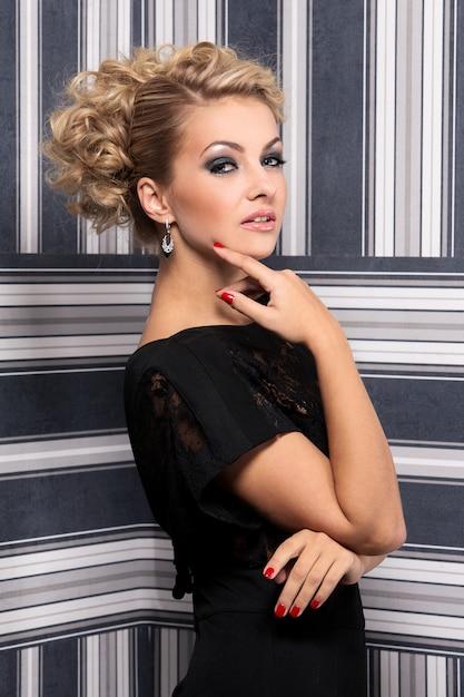 Elegancka Kobieta W Czarnej Sukni Darmowe Zdjęcia