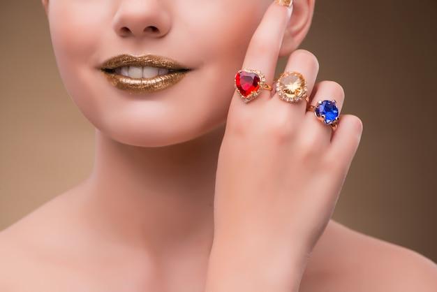 Elegancka Kobieta Z Biżuterią W Koncepcji Mody Premium Zdjęcia