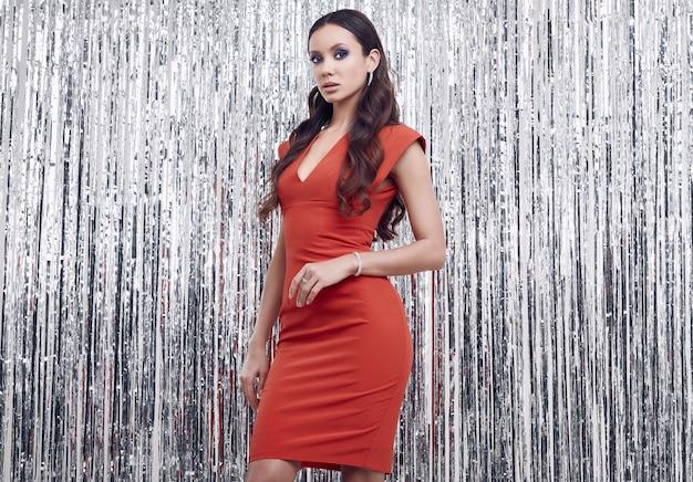 Elegancka Latynoska Brunetki Kobieta W Luksusowej Czerwonej Sukni Premium Zdjęcia