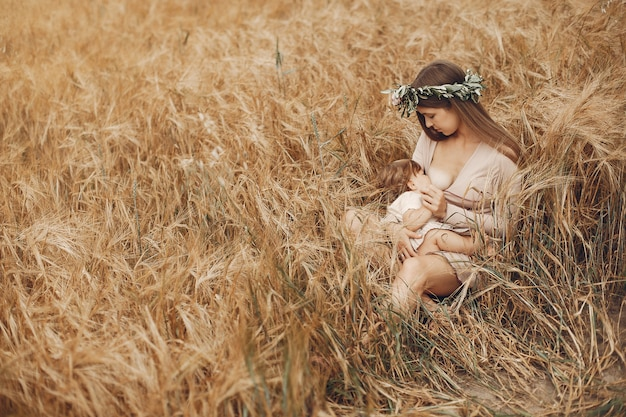 Elegancka matka z śliczną małą córką w polu Darmowe Zdjęcia