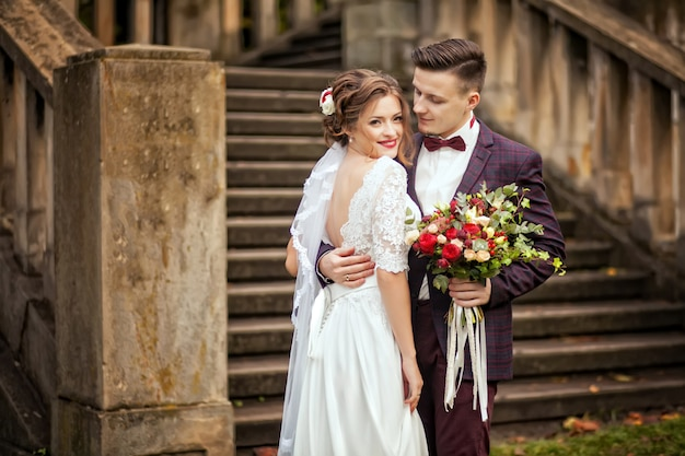 Elegancka Panna Młoda I Pan Młody Pozowanie Razem Na Zewnątrz W Dzień ślubu Premium Zdjęcia