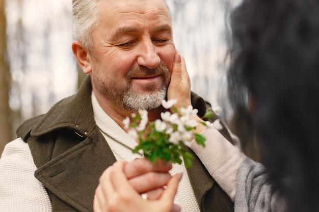 Elegancka Para Dorosłych W Lesie Wiosną Darmowe Zdjęcia