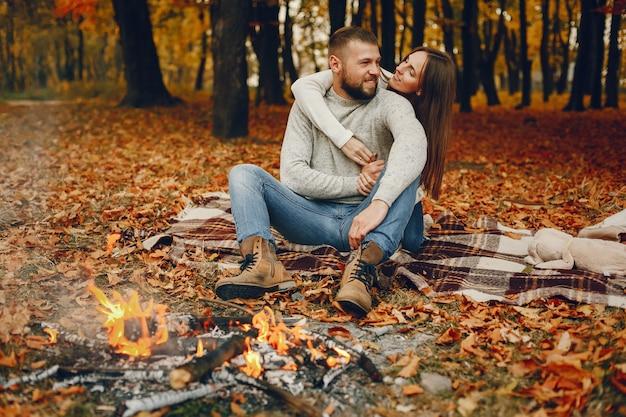 Elegancka para spędza czas w jesiennym parku Darmowe Zdjęcia