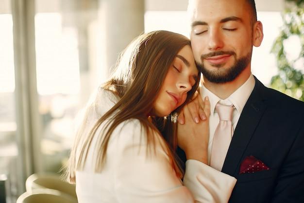 Elegancka para w garniturach spędza czas w kawiarni Darmowe Zdjęcia