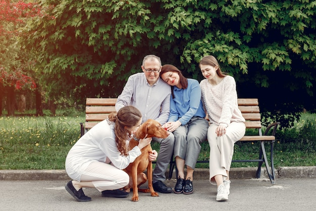 Elegancka rodzina spędza czas w letnim parku Darmowe Zdjęcia