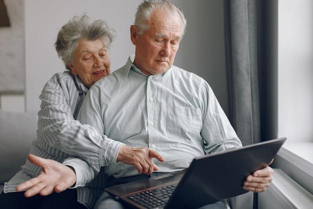 Elegancka Stara Para Siedzi W Domu I Używa Laptop Darmowe Zdjęcia
