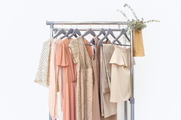 Elegancka Sukienka, Sweter, Spodnie I Inny Modny Strój W Pastelowym Beżowym Kolorze. Szafa Domowa Na Wiosnę Premium Zdjęcia