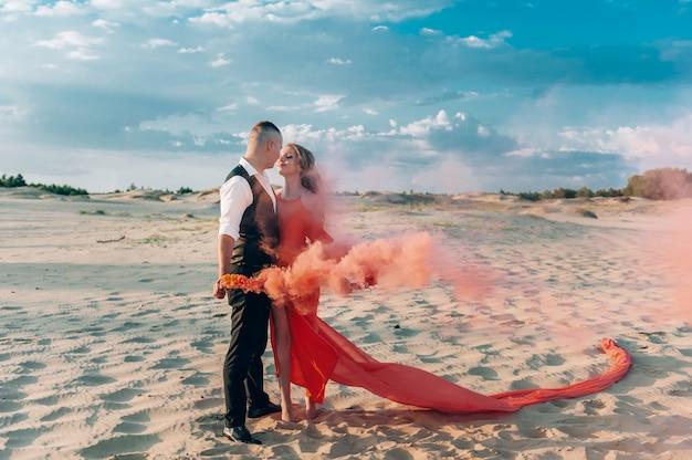 Elegancka Urocza Para Pozuje Na Plaży Premium Zdjęcia