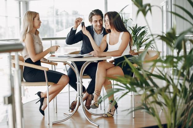 Elegancki biznesmen pracuje w biurze Darmowe Zdjęcia