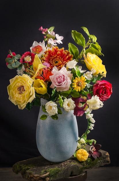 Elegancki Bukiet Kwiatów W Wazonie Na Czarnej Przestrzeni W Ciemnym Stylu, Kwiatowa Martwa Natura Premium Zdjęcia