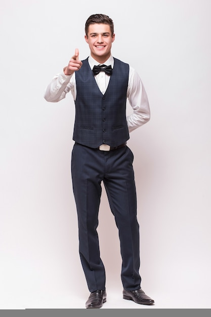 Elegancki Mężczyzna W Garniturze Na Białym Tle Na Białej ścianie Darmowe Zdjęcia