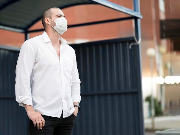 Elegancki Mężczyzna Z Maską Na Twarz Czeka Na Autobus Darmowe Zdjęcia