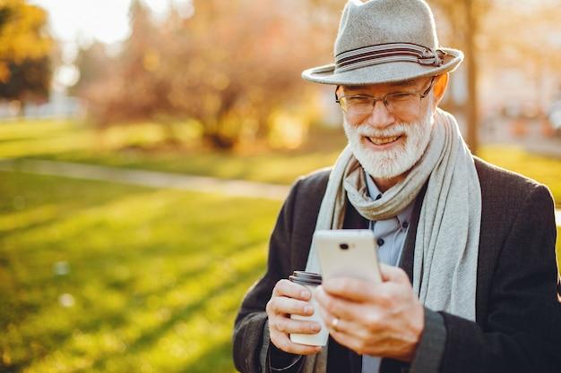 Elegancki stary człowiek w słonecznym jesień parku Darmowe Zdjęcia