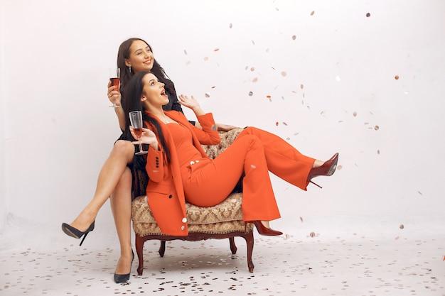 Eleganckie Dziewczyny świętują W Studio Darmowe Zdjęcia