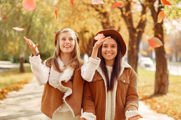 Eleganckie i stylowe dziewczyny w jesiennym parku Darmowe Zdjęcia