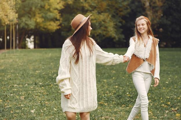 Eleganckie i stylowe dziewczyny w parku Darmowe Zdjęcia