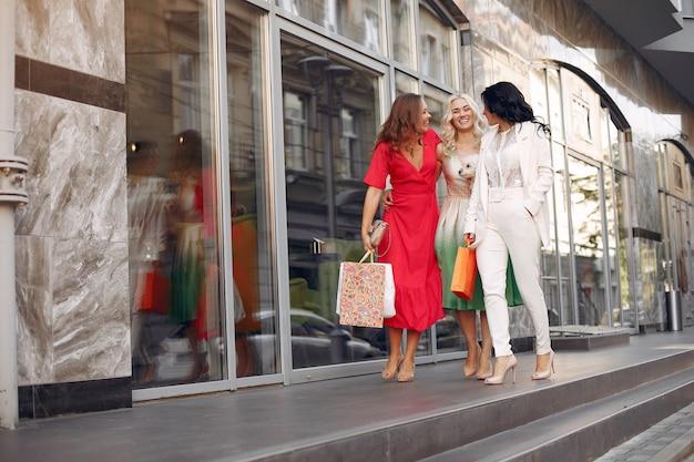 Eleganckie kobiety z torbami na zakupy w mieście Darmowe Zdjęcia