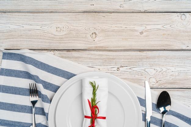 Eleganckie nakrycie stołu z świątecznym wystrojem na drewnianej powierzchni Premium Zdjęcia