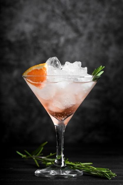Eleganckie Szkło Wypełnione Koktajlem Alkoholowym Darmowe Zdjęcia
