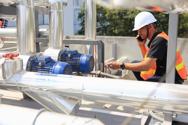 Elektrycy Pracują Nad Przeglądem I Konserwacją Sprzętu Premium Zdjęcia