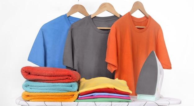 Elektryczne żelazko I Schludne Ubrania Na Desce Do Prasowania Premium Zdjęcia