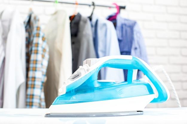 Elektryczny żelazo I Koszula, Na Sukiennym Tle Premium Zdjęcia