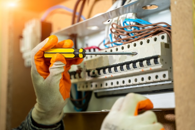 Elektryk Instalujący Gniazdo W Nowym Domu, Elektryk Bezpiecznie Pracuje Na Przełącznikach I Gniazdach Instalacji Elektrycznej W Domu. Premium Zdjęcia