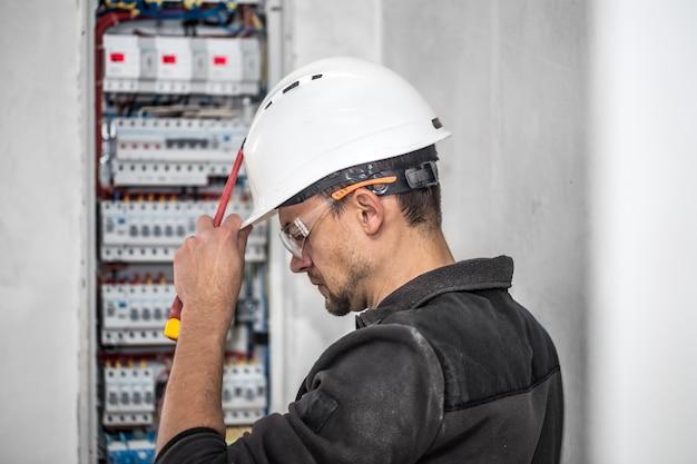 Elektryk Pracujący W Rozdzielnicy Z Bezpiecznikami Darmowe Zdjęcia