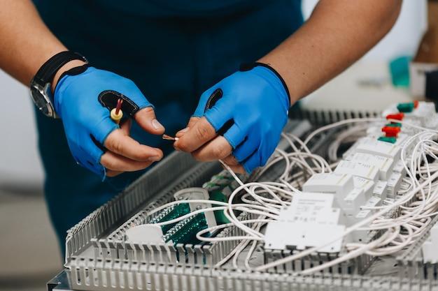 Elektryk Pracuje Na Panelu Elektrycznym Premium Zdjęcia