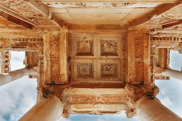 Elementy kolumn struktury architektonicznej na tle błękitnego nieba biblioteki celsusa w efezie, turcja Premium Zdjęcia