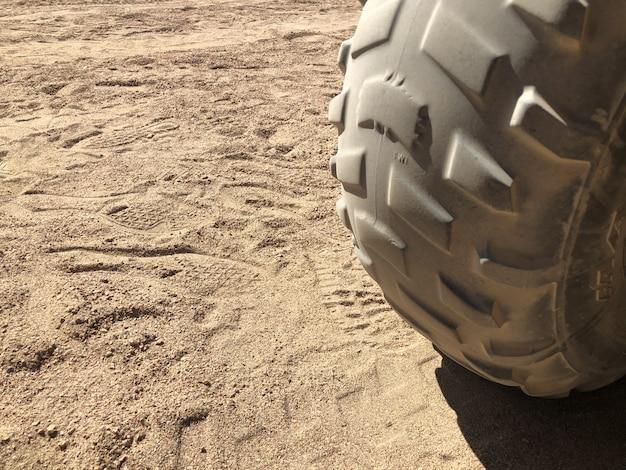 Elementy Motocykla Do Przygód Turystycznych Na Pustyni. Opona Z Bieżnikiem Do Jazdy W Specjalnych Warunkach. Premium Zdjęcia