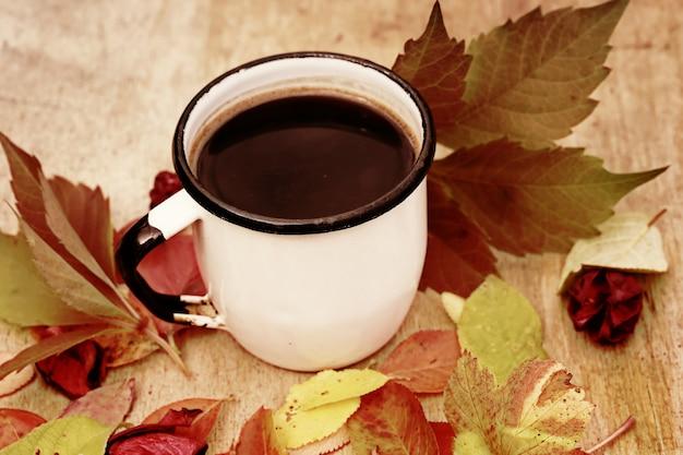 Emaliowana Filiżanka Kawy Z Cynamonowymi Jesiennymi Liśćmi Retro Vintage Premium Zdjęcia