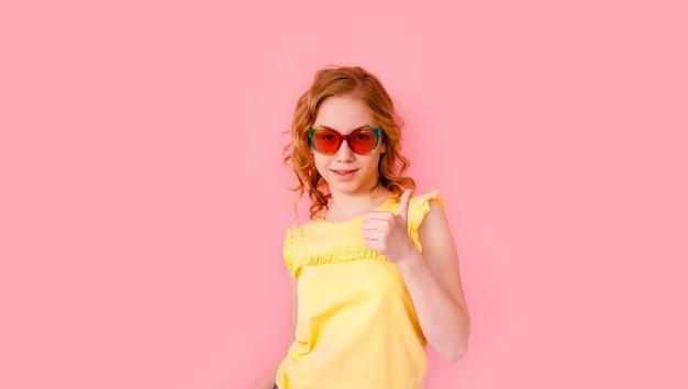 Emocjonalna Blondynka Nastolatka W Błyszczących Okularach Przeciwsłonecznych I żółtej Koszulce śmiejąca Się Na Różowo Premium Zdjęcia