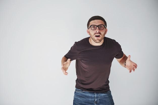 Emocjonalna Osoba W Zwykłym Ubraniu I Okularach Wygląda Na Nieodwracalny Błąd Darmowe Zdjęcia