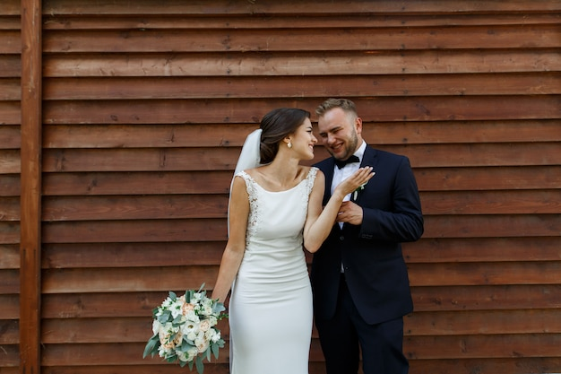 Emocjonalne panny młodej i pana młodego w dzień ślubu na zewnątrz na wiosnę Premium Zdjęcia