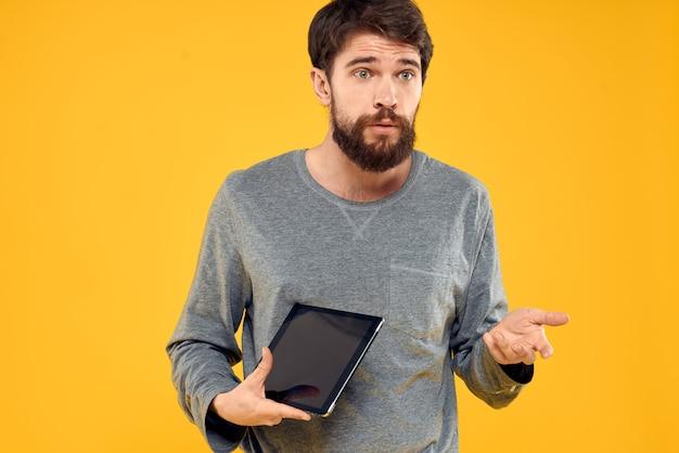 Emocjonalny Mężczyzna Z Tabletem W Ręce. Koncepcja Urządzenia Internetowego Technologii Premium Zdjęcia