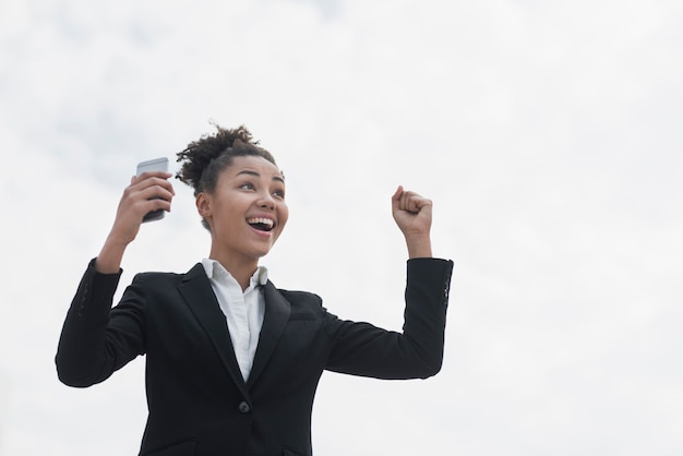 Entuzjastyczna Kobieta W średnim Ujęciu Darmowe Zdjęcia