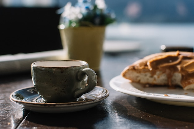 Espresso Macchiato Z Karmelową Duńską Bułeczką Darmowe Zdjęcia